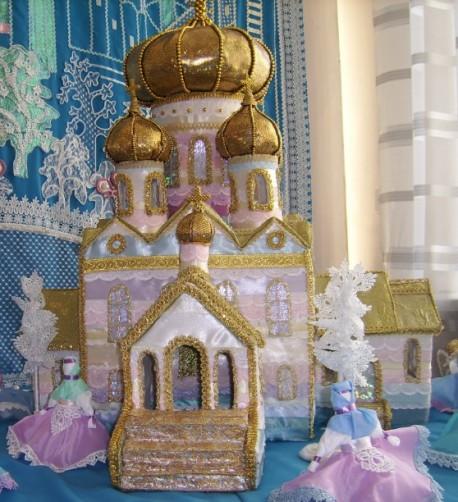 А этот дворец тоже сделан из ткани!