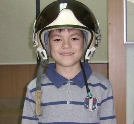 Коля в шлеме лётчика