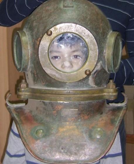Коля в водолазном шлеме