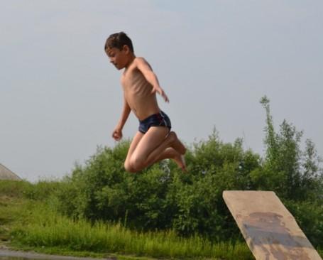 брат Коля прыгает в воду