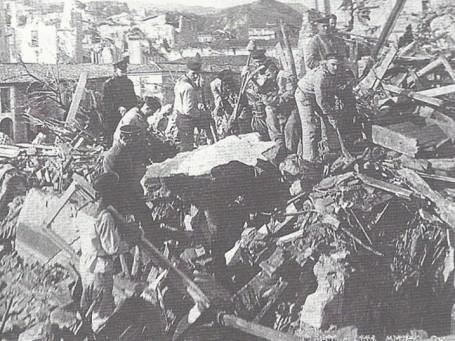 русские моряки разбирают развалины